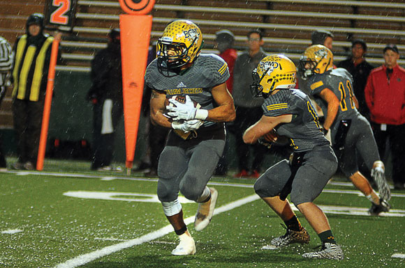 Football Turnovers Sink Yellowjackets In Area Round